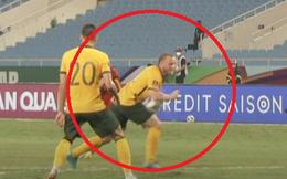 """Cầu thủ Australia thanh minh: """"Bóng trúng ngực tôi mà, đâu có chạm tay"""""""