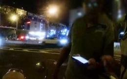 """Bị cảnh sát giao thông kiểm tra, bố """"vứt"""" cả con lẫn xe ở lại rồi quay đầu bỏ chạy"""