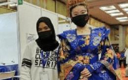 Ăn mặc như quý phi đi tiêm vaccine, cô gái bị dân mạng ném đá dữ dội
