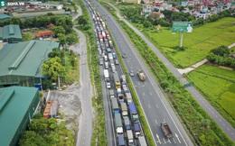 """Hà Nội: Hàng xe nối đuôi nhau kéo dài hơn 1 km chờ qua chốt buộc CSGT phải """"xả trạm"""""""
