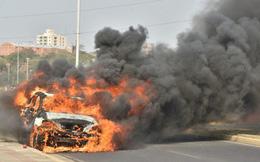 Kia Sorento vừa mua nửa tháng đã bốc cháy khi đang chạy, kết cục chỉ còn trơ khung sắt