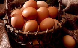 Mất mạng vì ăn sống liền lúc 28 quả trứng gà