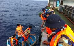 Lính hải quân Việt Nam đương đầu sóng dữ