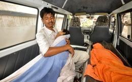 TG 24h qua ảnh: Cha thất thần vì mất con sau một bữa ăn miễn phí