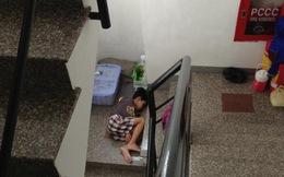 'Cay xè mắt nhìn cậu bé ngủ co ro trên cầu thang buổi sáng sớm'