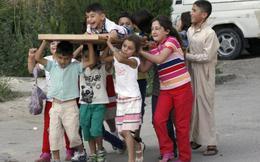 TG 7 ngày qua ảnh: Trẻ em Syria hớn hở đi quanh 'quan tài'