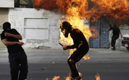 Máu, lửa và dùi cui trong những bức ảnh chấn động TG năm 2013