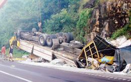 Xe tải lật nhào trên đèo Cù Mông