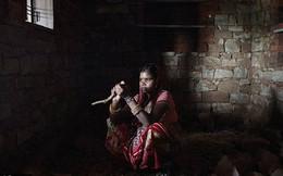 Thiếu nữ Ấn Độ vật lộn với con thơ, chồng nghiện ngập