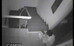 Tên trộm thản nhiên ngồi đếm tiền ngay trong nhà nạn nhân