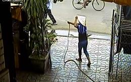 """Video """"nóng"""" nhất tuần: Đang tưới cây trước cửa, bị giật dây chuyền"""