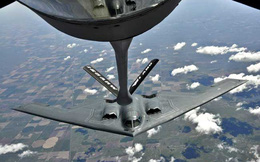 Xem 'quái vật tàng hình' B-2 và 'lợn lòi' A-10 tiếp dầu trên không