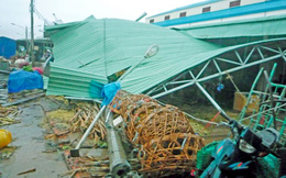 Lốc xoáy làm sập 8 căn nhà lồng chợ