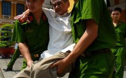 Bị cáo 79 tuổi được công an khênh ra tòa