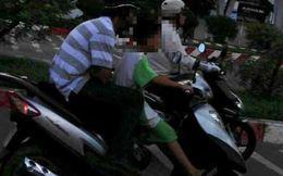 Bé trai 'sành điệu' đầu trần lái xe ga trên phố