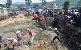 Chùm ảnh: Cận cảnh người dân vây kín ngôi nhà đào móng thấy hơn 30 quan tài