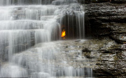 """Bí ẩn ngọn lửa """"ma"""" ngàn năm không tắt"""