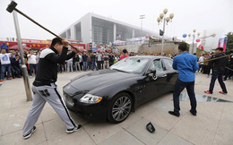 Mâu thuẫn, đại gia thuê người đập nát siêu xe hơn 8,8 tỷ