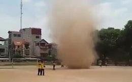 """Kinh hãi xem clip lốc xoáy """"cuốn người"""" ở Hà Nội"""