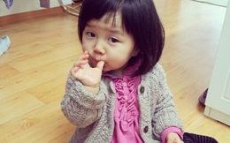 Bé gái 5 tuổi ăn giấy vệ sinh thay đồ ăn vặt