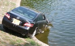 """Nắng nóng, Camry tự lao xuống hồ... """"tắm mát"""""""