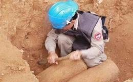Xử lý 2 quả bom hàng trăm kg ở ven sông Hồng