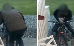 """Bắt gặp người đàn ông """"vụng trộm"""" với... chiếc xe đạp"""