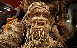 Nghệ sĩ Việt khắc tượng từ gốc tre