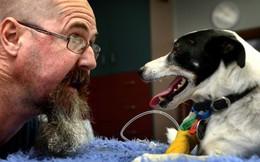 Người đàn ông liều mình hà hơi thổi ngạt... cho chó