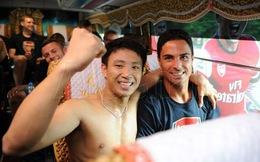 Gặp mặt fan cuồng cởi trần nhảy lên xe Arsenal