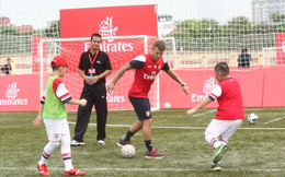 Wilshere, Walcott... xuống sân dạy bóng đá cho trẻ em Việt Nam