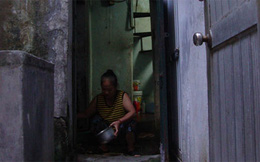 Sống trên nóc nhà vệ sinh giữa Hà Nội