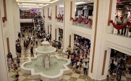 Hàng hóa bạc triệu bán tại khu mua sắm dưới lòng đất