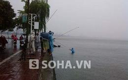 Bất chấp bão số 5, người Hà Nội ung dung câu cá ở Hồ Tây
