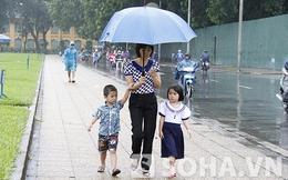 Mẹ dắt 2 con vào Lăng viếng Bác dưới mưa tầm tã