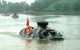 Bộ tư lệnh Thủ đô luyện chiến đấu với xe lội nước