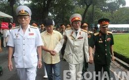 TP.HCM: Nhiều người ngồi xe lăn, được dìu đi viếng Đại tướng
