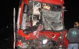 Hai xe khách húc nhau tan nát, khoảng 30 người cấp cứu