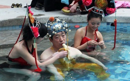 Chi gần 400 triệu để được tắm với hàng chục cô gái như hoàng đế