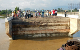 Hình ảnh cây cầu trên QL1A bị lũ dữ cuốn sập