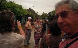 Lũ rút, phố cổ Hội An đông nghẹt du khách