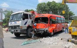 Xe khách đâm xe tải, 20 người nhập viện khẩn cấp