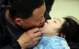 Rớt nước mắt cảnh cha bón cơm cho con gái bại não suốt 26 năm