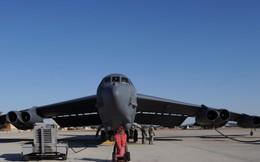 """Cận cảnh quy trình kiểm tra """"pháo đài bay"""" B-52 trước khi cất cánh"""