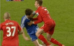 Cầu thủ Liverpool đánh Oscar ngay trên sân
