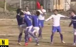 Cầu thủ đấm đá đồng đội túi bụi khi đang thi đấu