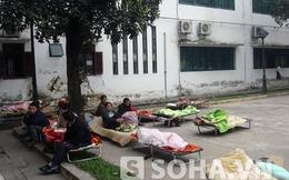 Bệnh nhân quá tải, người nhà co ro trong giá lạnh tại BV Bạch Mai