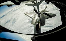 """Cận cảnh """"Chim ăn thịt"""" tiếp nhiên liệu trên không ở Thái Bình Dương"""