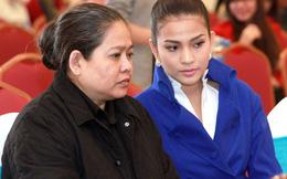 Trương Thị May cùng mẹ đi làm giám khảo