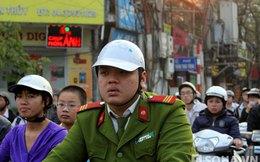Đủ kiểu thời trang mũ bảo hiểm rởm trên đường phố Hà Nội